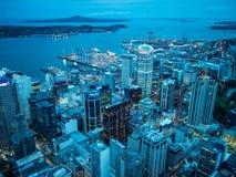 Sikt av Auckland, Nya Zeeland från himmeldäcket av himmeltornet arkivfoton