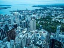 Sikt av Auckland, Nya Zeeland från himmeldäcket av himmeltornet royaltyfri fotografi