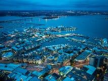 Sikt av Auckland, Nya Zeeland från himmeldäcket av himmeltornet arkivbild
