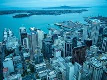 Sikt av Auckland, Nya Zeeland från himmeldäcket av himmeltornet royaltyfri bild