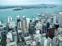 Sikt av Auckland, Nya Zeeland från himmeldäcket av himmeltornet arkivfoto