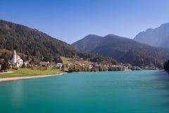 Sikt av Auronzo di Cadore och kyrkaSan Lucano sjön Santa Caterina Lake Misurina Dolomites royaltyfria bilder