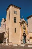 Sikt av av den kyrkliga fasaden under solig blå himmel i Vence fotografering för bildbyråer