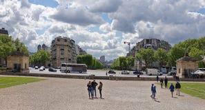 Sikt av avenyn Breteuil I fyrkanten finns det turister royaltyfri fotografi