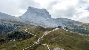 Sikt av Averau och Nuvolau, ` Ampezzo, Dolomites, Italien för Cortina D royaltyfria bilder
