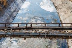 Sikt av avloppsvatten, förorening och avskräde i en kanal royaltyfri fotografi