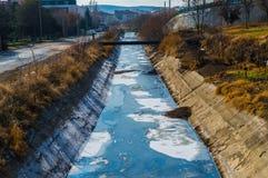 Sikt av avloppsvatten, förorening och avskräde i en kanal Royaltyfria Bilder