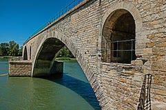 Sikt av bågarna av den Pont D `-Avignon bron i Avignon arkivfoto