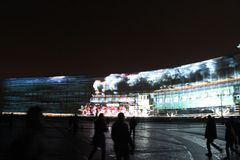 Sikt av bågen för allmän personal under berömmen av stadsferiefestivalen av ljus arkivfoto