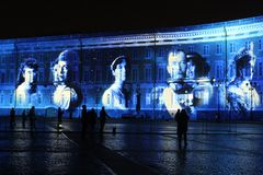 Sikt av bågen för allmän personal under berömmen av stadsferiefestivalen av ljus royaltyfria bilder