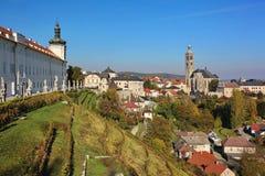Sikt av backevingården, kyrkan av St James th och jesuithögskolan - stadskutnahora, Tjeckien, Eastern Europe, eu Arkivfoto