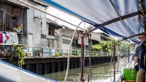 Sikt av bakgatan från det lilla fartyget på den bangkok kanalen royaltyfria foton
