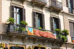 Sikt av balkongen med en flagga Folkomröstning på självständighet, Barcelona, Catalunya, Spanien Närbild Royaltyfria Foton