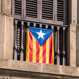 Sikt av balkongen med en flagga Folkomröstning på självständighet, Barcelona, Catalunya, Spanien Närbild Royaltyfri Bild