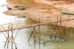 Sikt av bambubron på floden Nam Khan, Luang Prabang, L arkivbilder
