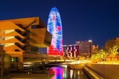 Sikt av Barcelona, Torre agbar skyskrapa i natt Royaltyfri Fotografi