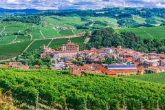 Sikt av Barolo i landskapet av Cuneo, Piedmont, Italien royaltyfria bilder