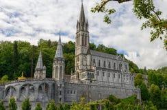 Sikt av basilikan av Lourdes i Frankrike Royaltyfria Foton