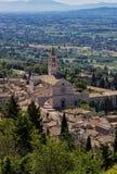 Sikt av basilikan av Santa Chiara i Assisi, medeltida stad i Italien royaltyfria bilder