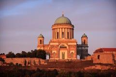Sikt av basilikan av St Adalbert i Esztergom Arkivfoto