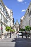 Sikt av basilikan för St Stephen's från den faraway gatan royaltyfria foton