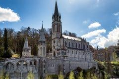 Sikt av basilikan av vår dam av Lourdes Arkivfoto