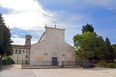 Sikt av basilikan Valvense av San Pelino i Corfinio, L'Aquila Arkivbild
