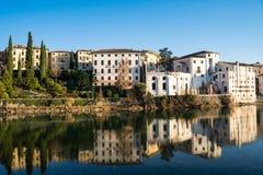 Sikt av Bassano del Grappa från en bro arkivfoton