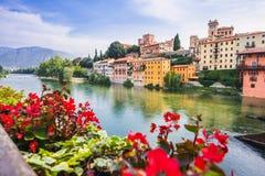 Sikt av Bassano del Grappa, Veneto region, Italien Populär loppdestination fotografering för bildbyråer