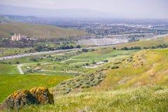 Sikt av bayshoremotorvägen och elektricitetsavdelningskontoret för PG&E Metcalf, södra San Jose, San Francisco Bay område, Kalifo arkivfoto