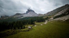 Sikt av Beccoen di Mezzodì på sjön Croda da Lago ` F.m. för Cortina D Arkivbild
