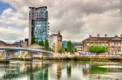 Sikt av Belfast med floden Lagan fotografering för bildbyråer
