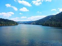 Sikt av Belis sjön i Rumänien arkivbild