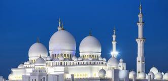 Sikt av berömda Abu Dhabi Sheikh Zayed Mosque vid natt Arkivfoto