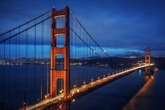 Sikt av berömda Golden gate bridge vid natt Arkivbild