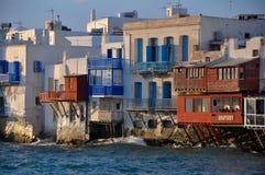 Sikt av berömda strandkaféer och hus av den Mykonos staden Arkivfoton