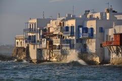 Sikt av berömda strandkaféer och hus av den Mykonos staden Royaltyfri Fotografi