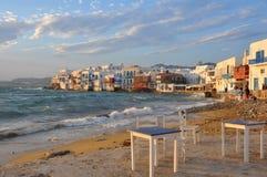 Sikt av berömda strandkaféer och hus av den Mykonos staden Fotografering för Bildbyråer