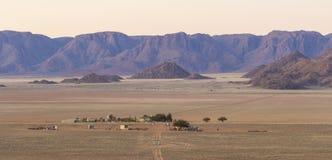 Sikt av berg för lantgård Gunsbewys och Tiras i sydliga Namibia Royaltyfri Foto