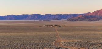 Sikt av berg för lantgård Gunsbewys och Tiras i sydliga Namibia Arkivfoto