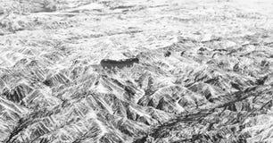 Sikt av berg från flygplanfönster under flyg Royaltyfri Fotografi
