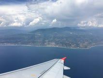 Sikt av berg i Italien från ett flygplan royaltyfri bild
