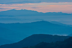 Sikt av berg i ottastrålar av ljus, i Himalayas, Langtang nationalpark, Nepal Arkivbild