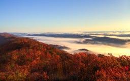 Sikt av berg och dimma arkivfoto