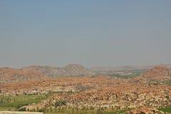 Sikt av berg och gräsplanfält från överkant av den Hanuman templet, Hampi Indien Royaltyfri Fotografi