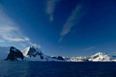Sikt av berg och havet Royaltyfri Bild