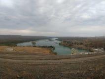 Sikt av berg och landskapfloden arkivfoton