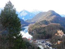 Sikt av berg och sjön Arkivbilder