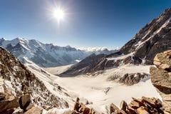 Sikt av bergen från maximala Sella, centrala Kaukasus Fotografering för Bildbyråer
