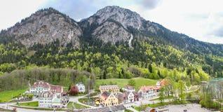 Sikt av bergen framme av sjön Alpsee och omgivning i Bayern royaltyfri foto